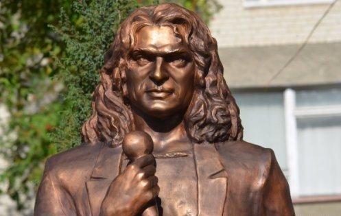 Скандальный памятник Кузьме передали в коммунальную собственность