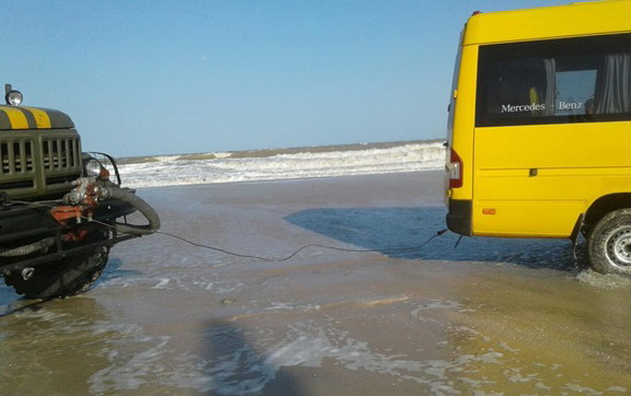Шторм в Азовском море отрезал Федотову косу от материка