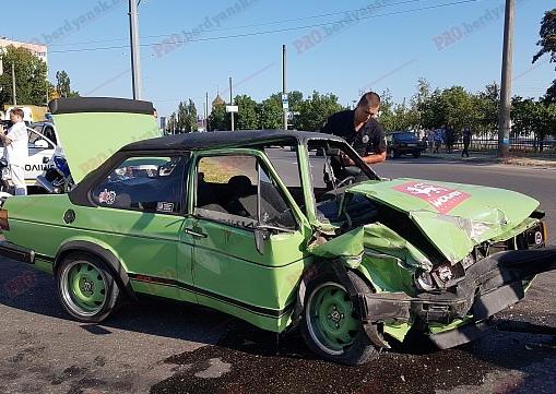 ДТП в Бердянске: BMW протаранил фургон