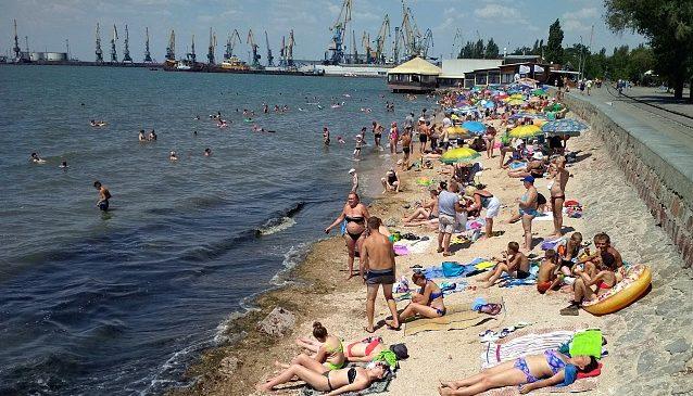 За 3 дня с пляжей Бердянска вывезли 100 тонн водорослей