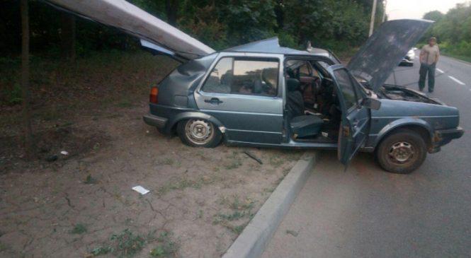 В Запорожье водитель VW Golf снес железобетонный столб