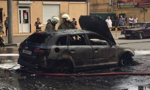 В России сгорела Audi, после того как наехала на люк