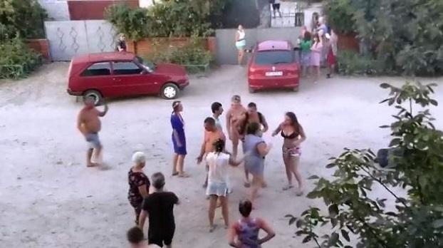 Истерика в Кирилловке: Пьяная девушка бросалась на людей