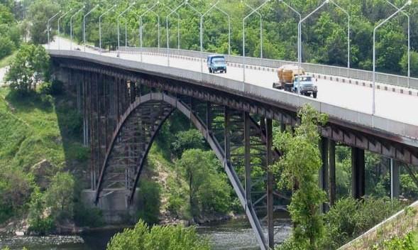 СМИ: В Запорожье мужчина спрыгнул с Арочного моста