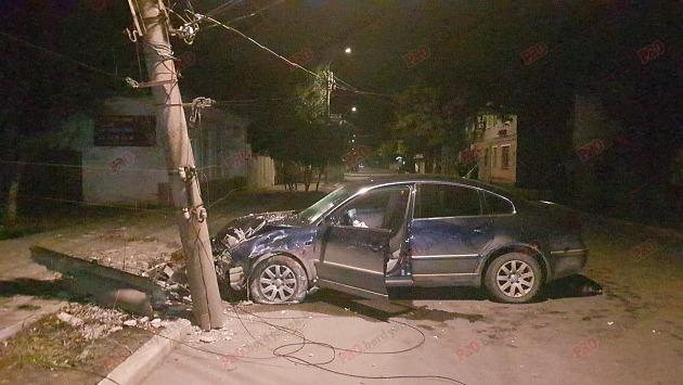 В Бердянске мертвецки пьяный водитель Volkswagen снес железобетонный столб