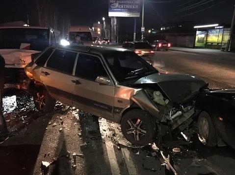 На выезде из Мелитополя столкнулись три автомобиля