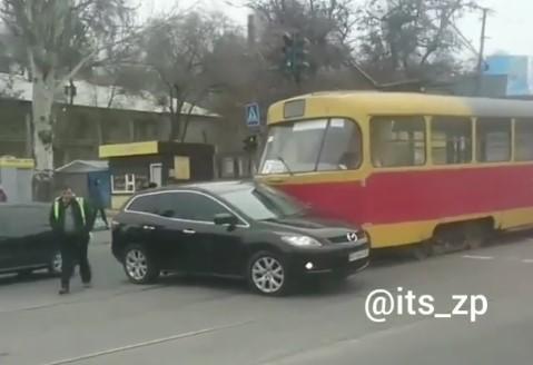 Проклятое место: В Запорожье трамвай опять протаранил машину на Шевченковском