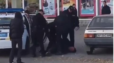Страх и ненависть на Космосе: 4 сотрудника полиции с трудом затолкали подозреваемого в Prius, — ВИДЕО