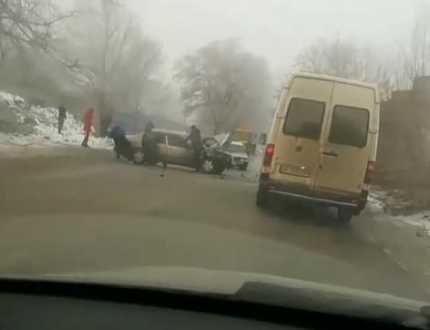В сеть попало видео ДТП на Кичкасе с участием Mercedes и ВАЗ-2111