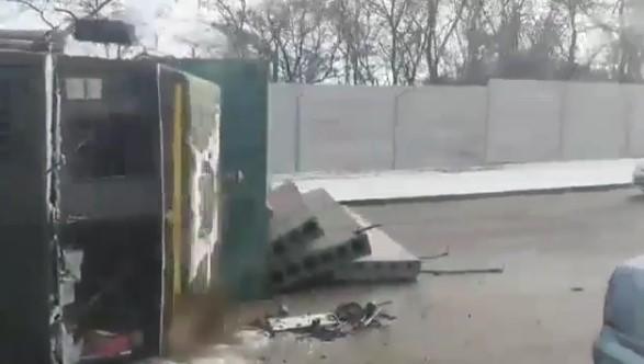 На Хортице перевернулся грузовик с плитами, — ВИДЕО