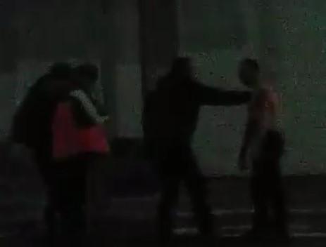 В сеть попало видео безумных разборок на Заводской