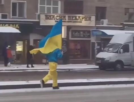 На проспекте Соборном был замечен бегущий патриот, – ВИДЕО