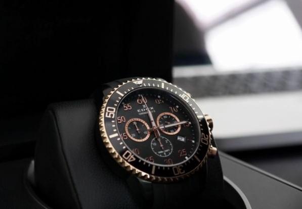 c930715a Первые часы, которые были похожи на современные были изобретены голландским  мастером Христиан Гюйгенсом. Он стал первым, кто задействовал маятник для  ...