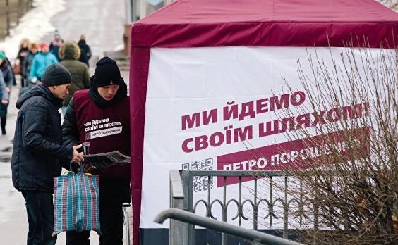 Бойня в Каменке: Озверевшая избирательница снесла палатку Порошенко