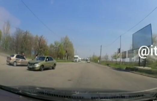 Перепутал педали: в сеть ВИДЕО попало столкновения двух Ланосов на Бабурке