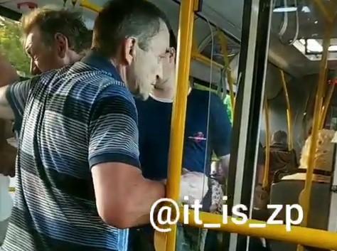 В Запорожье из общественного транспорта пассажиры выгнали мужчину, – ВИДЕО