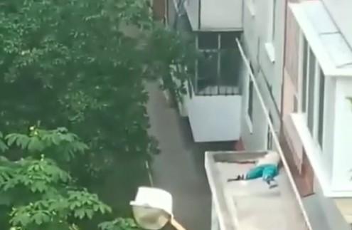 Трагедия на Космосе: из окна 9-этажки выбросился мужчина, – ВИДЕО