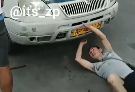 В Запорожье пьяный неадекват атаковал маршрутку, – ВИДЕО